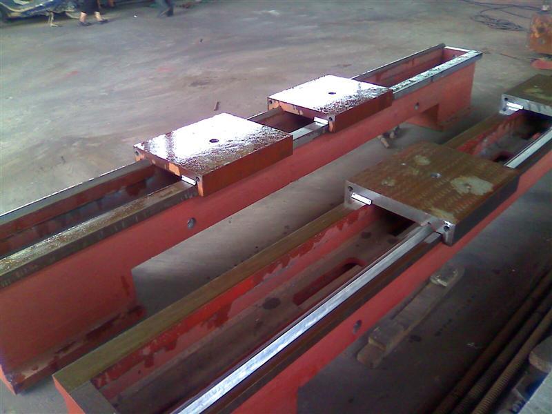 机械滑台是组合机床,对头铣床,以及其他专用机床的主体床身。 本滑台采用(两导轨之间)双封闭结构,精度高;精密级采用塑料导轨板,动态性能好。本滑台刚度高,热变形小,进给稳定性高 机械滑台(机床滑台)由机床床身,滑板,通常也叫做托板,丝杠,变速箱等组成。其结构简单,便于维修。机械滑台工作原理是滑板在床身上做纵向运动,因其丝杠传动,再加上变速箱的作用。可获得快慢等多种运行速度。 机械滑台机械滑台的用途及性能:在滑台上安装工件后做往复运动,也可在滑台上安装动力头等相关附件后,通过滑台的运动,对工件进行各种切削,钻